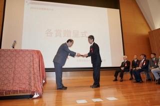 化学分野の臼杵毅教授が日本金属学会学術貢献賞を受賞しました